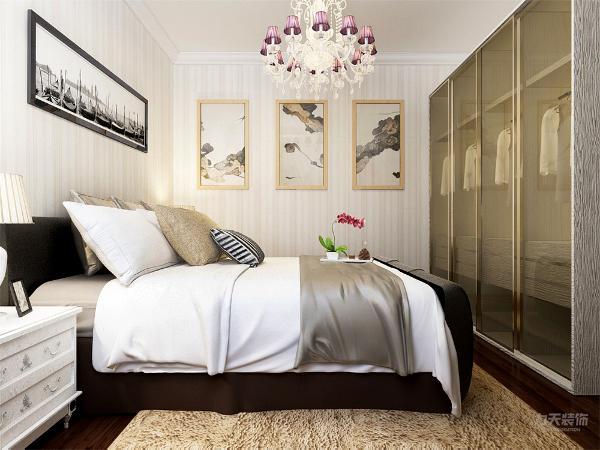 卧室地面以铺设地板的形式来进行设计,简单的吊顶造型没有进行过多的设计,整体空间墙面以壁纸的形式进行设计的,在此空间增加了小型书桌以及书架,增加了卧室的功能性。