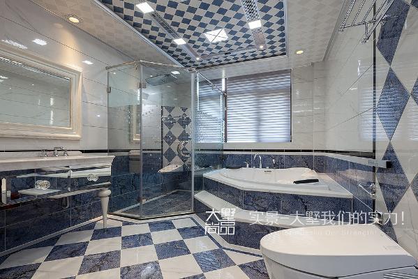 主卧卫生间面积可以说是相当地舒适,精致地镜面材质双台盆柜、瀑布式超大淋浴房、浴缸、全自动智能马桶一应俱全