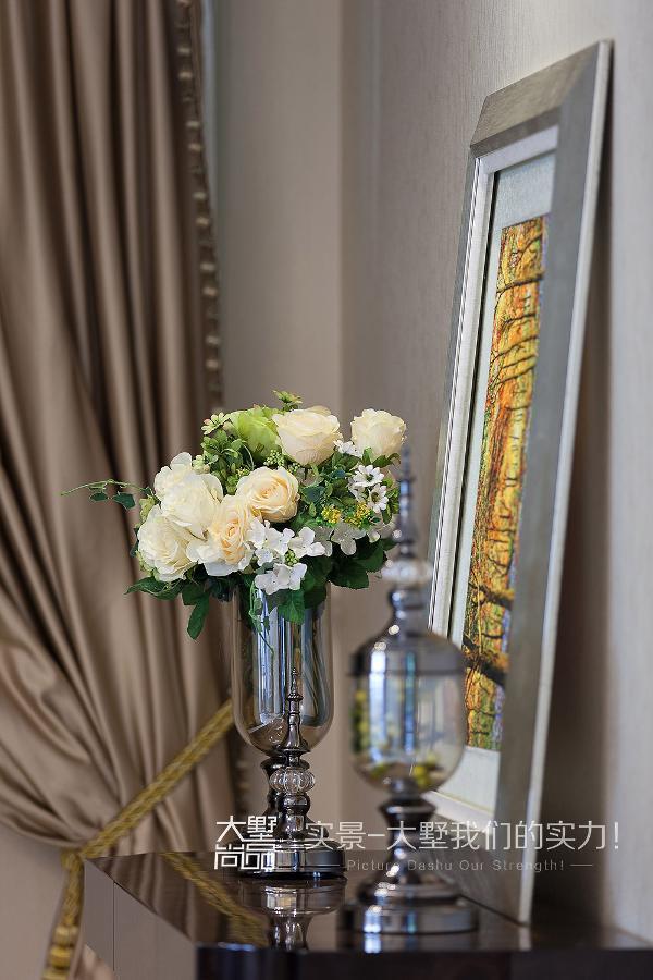 玄关处主要是以鞋帽柜为主体,定制的鞋帽柜搭配米色肌理墙纸,后期配以金色墙面饰品,进门处不觉让人眼前一亮。