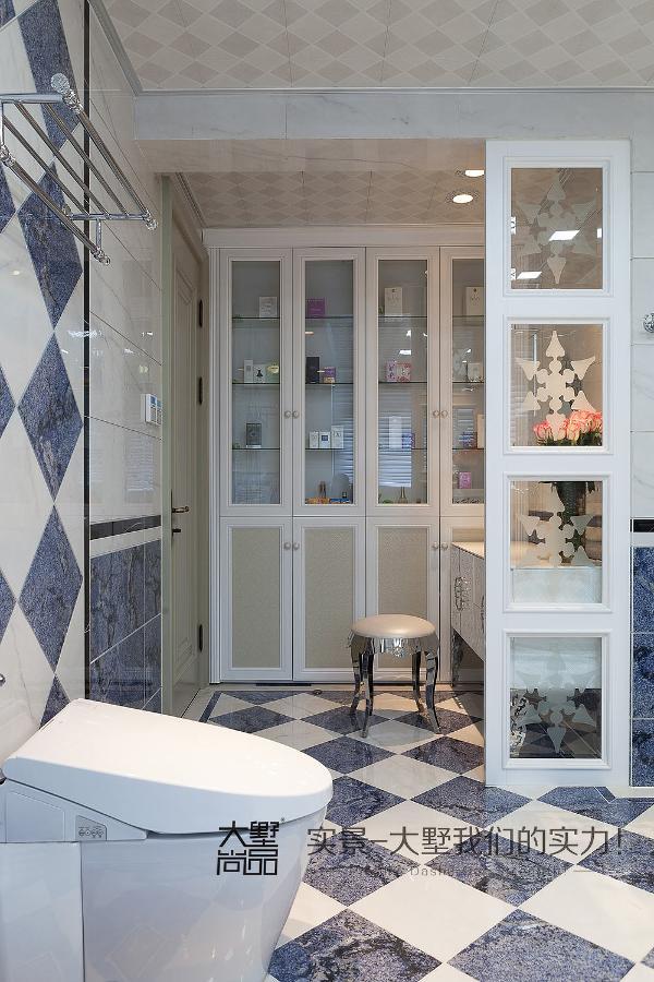 更是有一块独立的化妆区,精致的化妆台、整面的香水收纳柜,整个空间可以说是全家人都超级喜爱。
