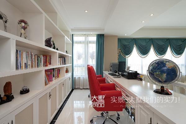 书房设在了二楼的挑空区域,与整个一层客厅既相互独立又相互呼应,美感及实用性方面都极强。