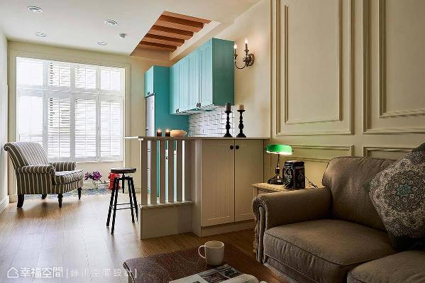 小吧台是开放空间的分界点,也是假日享用咖啡小点的休闲空间。而吧台下方,不仅利用作为收纳柜,其高度也正好化解掉风水问题。