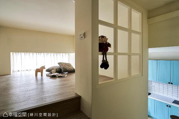 将站立高度分配给使用频率高的主卧房,上方书房则维持基本坐卧高度,搭配了白色格子窗,使光线能透到楼梯外,进而再延伸到另一间孝亲房中。