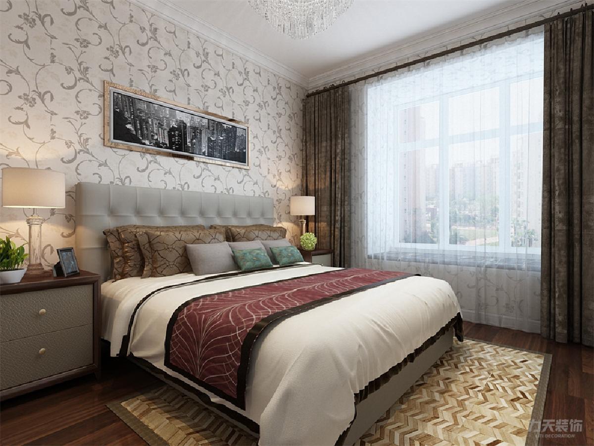 主卧室,顶面为平面吊顶配合一圈石膏线,墙面采用现代花纹壁纸,地面为图片