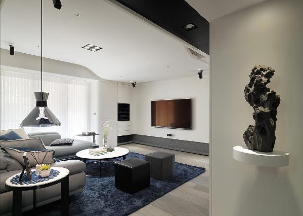 收起一房纳入客厅与主卧房规划,让出开阔方整的格局尺度。黑白语汇中,运用质朴粗犷与现代利落建材,交错出餐厅的质感层次。