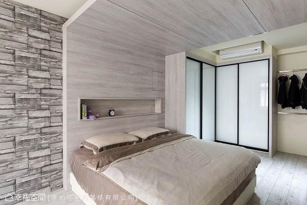 木纹从壁面延伸至天花,康柏司室内装修以L型设计修饰既有梁位,增添天花的层次之余,其木皮材质更让主卧多了份温馨感。
