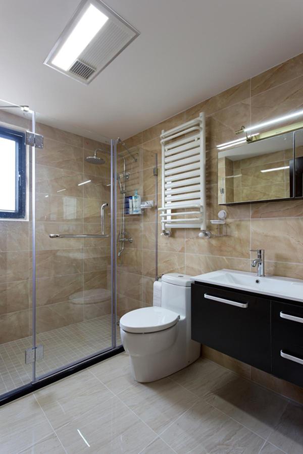 淋浴区域地面拉槽处理,防滑效果更好。挂墙式浴室柜打扫卫生更加方便。镜柜的选择让收纳空间更大,空间感更强。