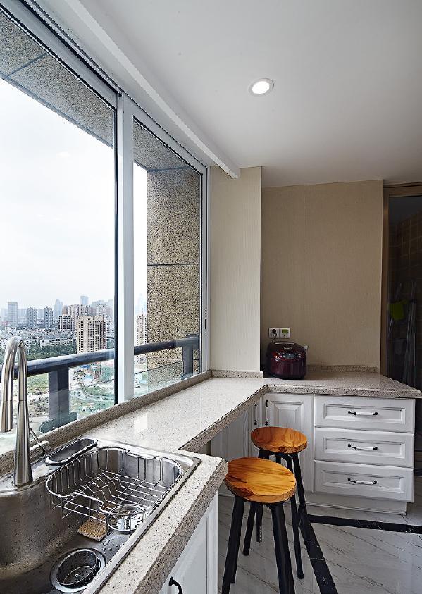 厨房有很大的空间,飘窗处打开窗户,可以呼吸着空气,吃着美味的食物