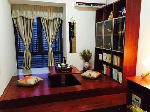 """书房最终融合了客房、书房、电脑房和供洽谈的茶房等多功能于一""""房"""",并兼顾了储物功能。地台榻榻米可以升降,中央的桌板升起即是茶桌,降下又成床板。"""