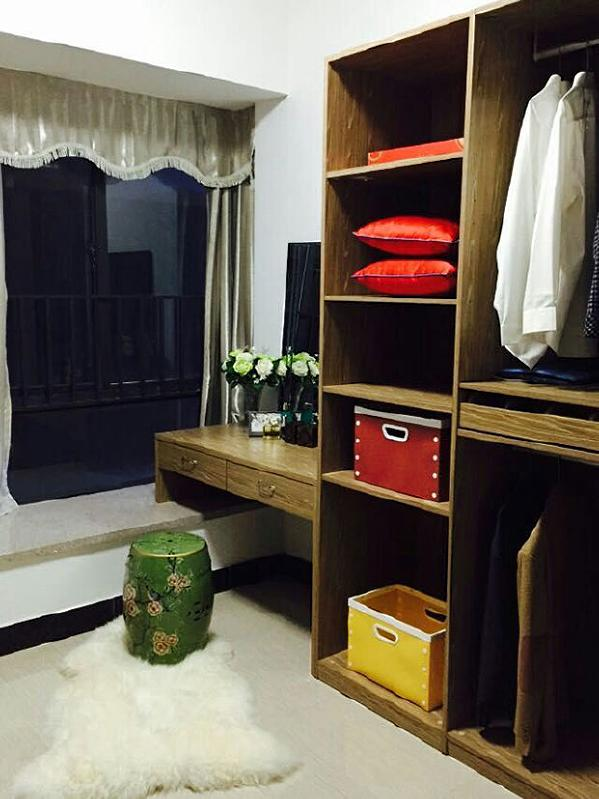 衣帽间独立于主卧室之外,释放了主卧室的空间。其柜体全部采用浅色系开放式设计,避免了空间过于压抑的感觉。考虑到地板较凉,设计师还贴心地放置了地毯。