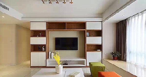 ▲ 电视背景是一组柜子,原木色柜体板,白色烤漆柜门