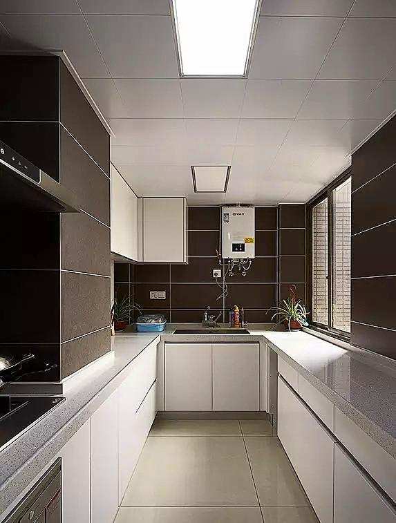 ▲ 厨房墙砖是深色的,地砖是和客厅一样的浅色,橱柜用的白色烤漆