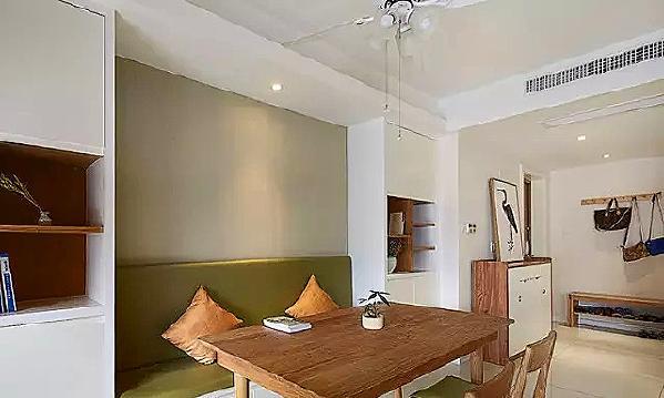 ▲ 实木四人小餐桌,配上草绿色的卡座,自然清新