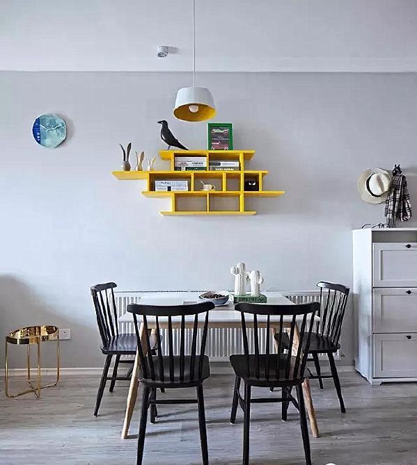 ▲ 黑白搭配的餐桌椅加上亮黄色的不规则墙面搁板