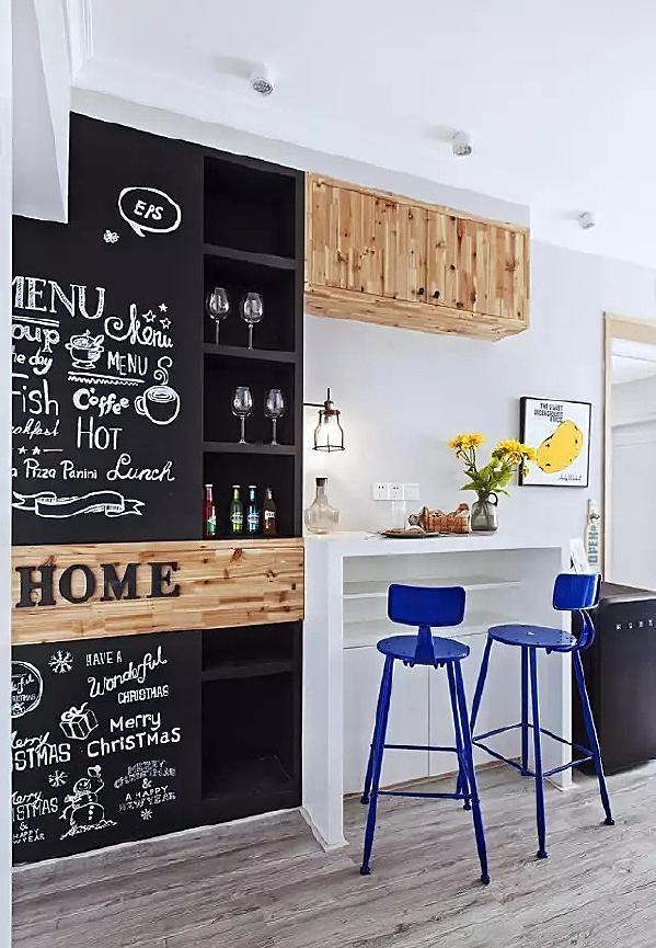 ▲ 吧台和酒柜以及黑板墙的设计,提升了开放式的家的颜值