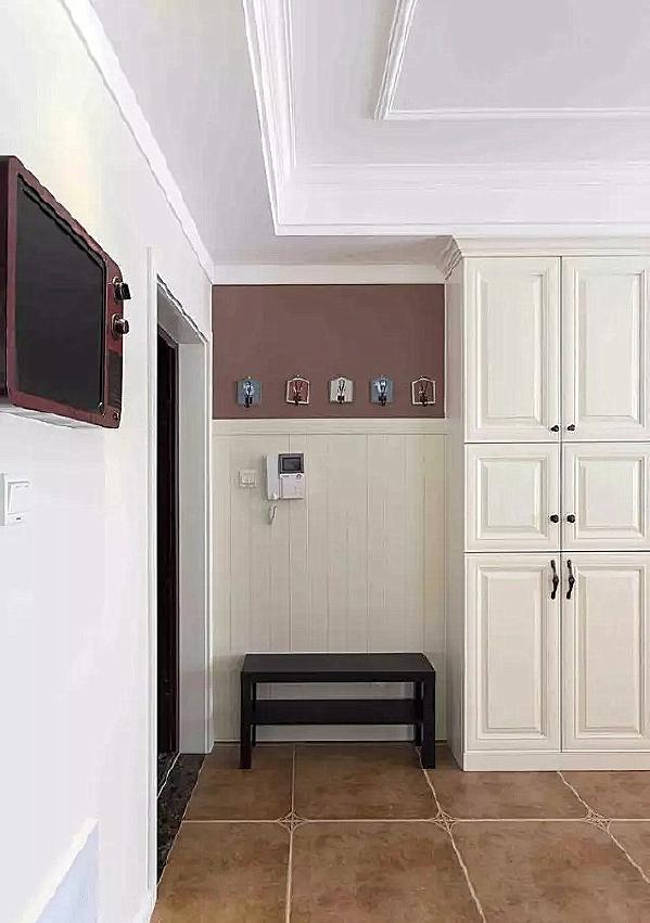 ▲ 进门无玄关,留出换鞋凳,上方用护墙板,一组衣帽钩,边上是综合柜