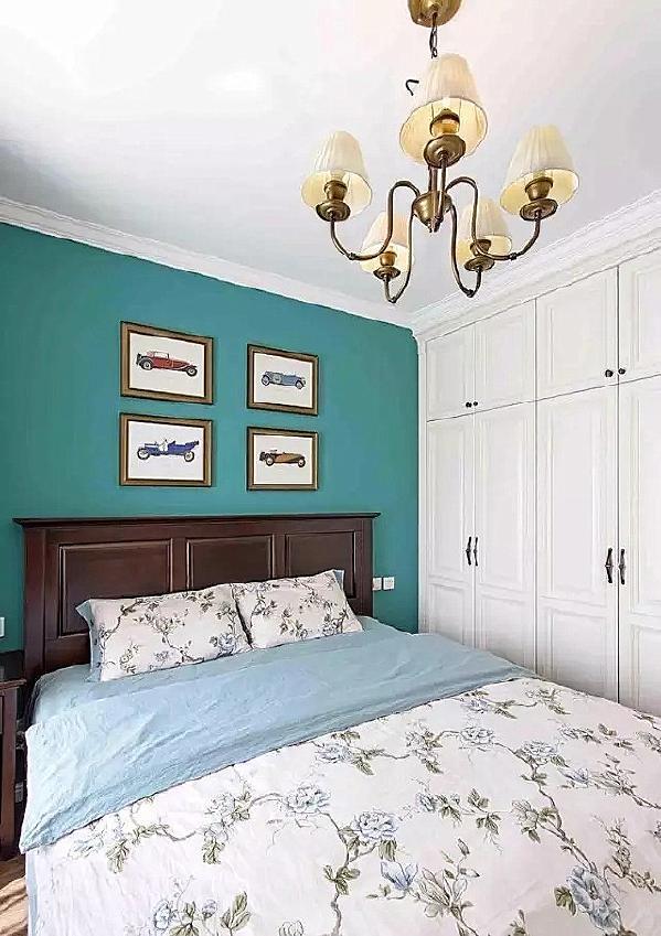 ▲ 深咖色美式床,白色衣柜,铜制多头吊灯,简单清爽