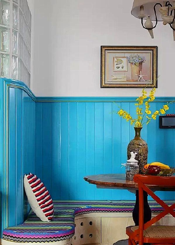 ▲ 进门之后的餐厅设计了弧形的卡座,蓝色靠谱,彩色坐垫