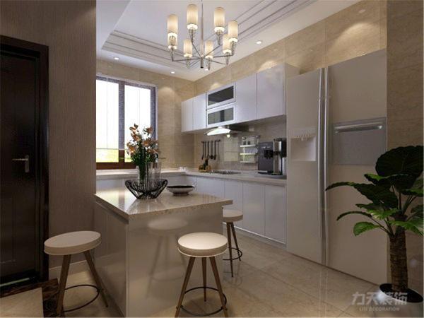 入户门开始,先看到的一个开放式厨房,一个U型的橱柜加吧台