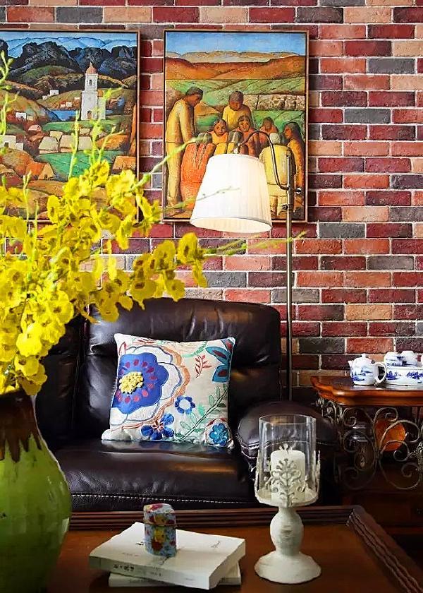 ▲ 沙发背景是文化砖墙