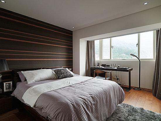 如果房间原本就显得高挑,可选择宽度较大的图案或是稍宽型的长条纹(和穿衣服的道理是一样的),这一类墙纸适合用在流畅的大空间中。