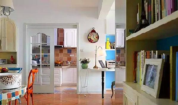 ▲ 地面仿古砖斜铺,客厅和厨房之间的空间挤出来一张书桌