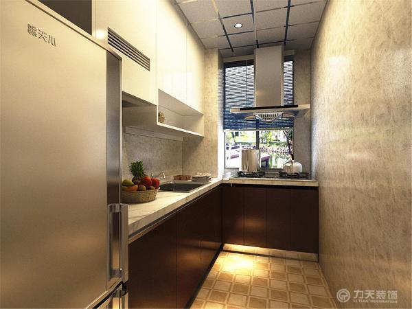 厨房为白色烤漆的吊柜,简约,实用。