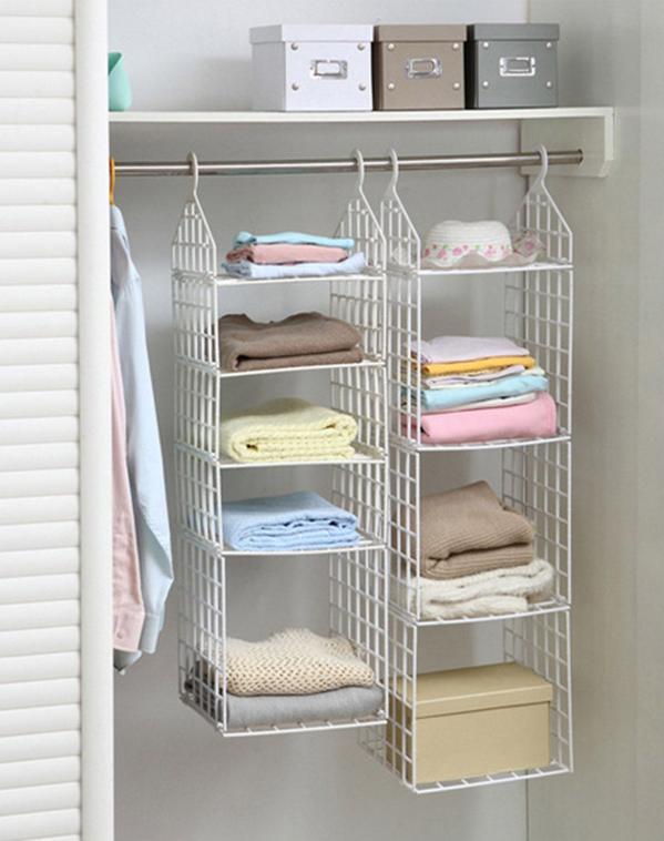 浴室一般都不大,但是一般的沐浴露洗发水、洗漱用品、浴巾等东西还是要存放的。并且浴室一般比较潮湿,因此物品也要远离地面比较好,除了一个浴室柜,也可以添置置物架、支架、钩子等五金配件,来做到浴室的收纳。