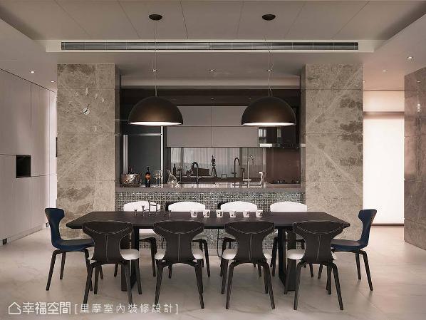 拥有大尺度的长餐桌,可容纳亲朋好友在此围聚。后方回字动线的厨房,则具备双向动线,并以大理石及意大利马赛克砖搭配,展现恢宏气度。