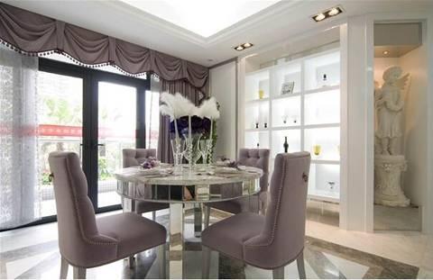 欧式餐桌,紫色窗帘,推拉门与酒柜搭配,温馨而浪漫~