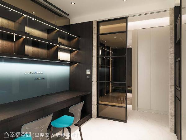 书房的玻璃门片,让光线及视野更加穿透,并延伸空间的景深。深色的木皮书柜则内嵌入灯光,让屋主在取物更加方便。