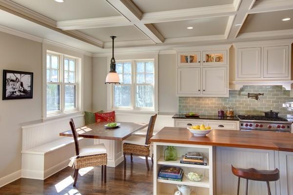 一般厨房跟餐厅是连在一起的,厨房的收纳空间可以延伸到餐厅,那么除了一般的橱柜、隔板以外,置物架也是必不可少的。如果置物架是可移动的,那么久、就更加方便了。