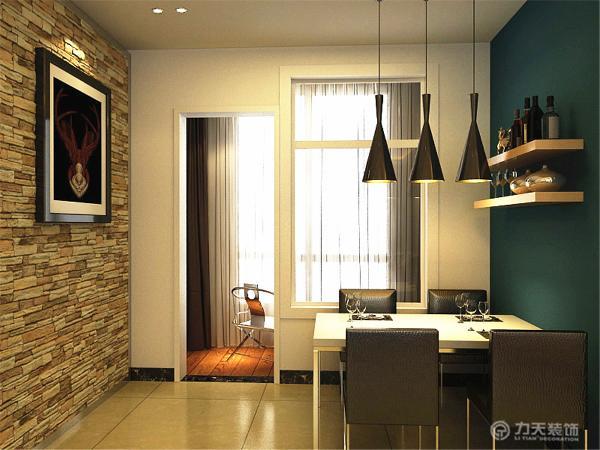 餐厅处的纹理墙与挂画的相结合使空间看起来富有现代艺术气息,厨房为白色烤漆的吊柜,简约,实用。