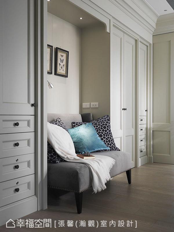 原要设定工作台面的区域,中途改变想法以使用易携带、好移动的笔电为主,因此将书桌区改成沙发,并加装阅读灯,让房内多了一个舒适坐卧、阅读、使用笔电的小空间。