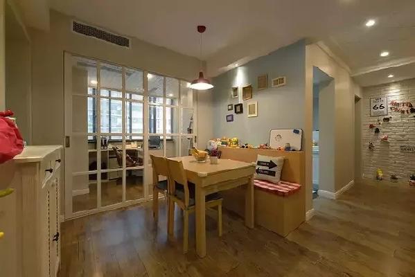 ▲木纹墙纸用独特的肌理衬托出客厅的气质。