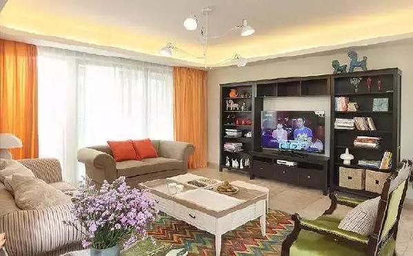 美式布艺沙发和彩虹波纹地毯,一个素雅,一个热烈,相得益彰。