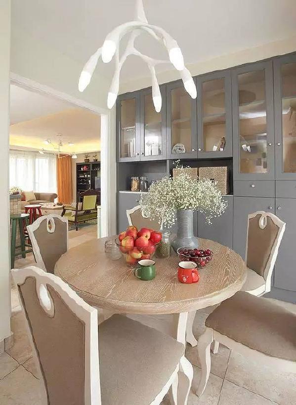 餐厅的色调让人觉得温暖,餐桌靠墙的一面做了个大储物柜。