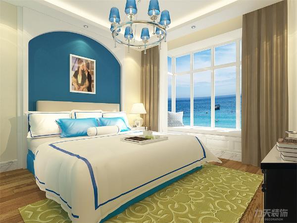 主卧的空间比较宽敞并且采光相对较好,主卧的墙面采用米黄色乳胶漆,床上饰品采用蓝色条纹,地面采用木质地板。