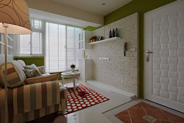 由于空间本身不大,因而舍弃规划独立玄关影响空间感;设计师使用地板的复古砖,形成明确的玄关意象,也把乡村风情悄悄带入。
