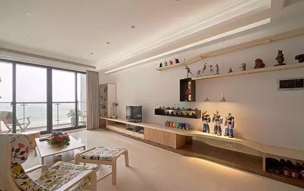 特别规划展示架及投射灯,让公仔能更好的展示,突出业主的生活情调。