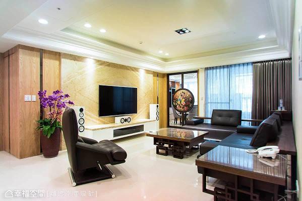 在规划空间的时候,拥有良好的光线及通风更是设计的首要考虑,客厅与麻将间的玻璃油画拉门与对外落地窗,藉由穿透特性将光源引入,让室内空间明亮通透。