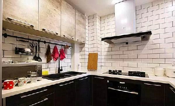 ▲ 橱柜上下分色,上浅下深,墙面用挂件提高空间利用率