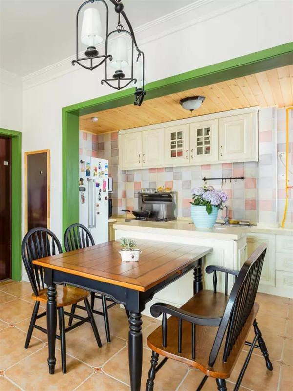 一个吧台将厨房与餐厅隔开,坐在餐桌上等待美食的同时还能欣赏美食的制作过程。