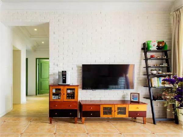 充满风情的旧电视柜+梯形架让电视墙显得十分可爱。