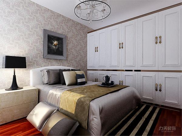 次卧墙面地面顶面与主卧相同,整面墙定制衣柜,高级感强,储物空间更强。