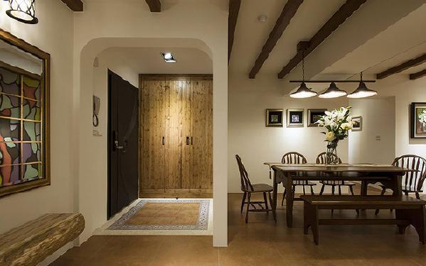 花砖与抿石子地砖滚边的地面,界定玄关独立功能,木作格子窗镶饰彩绘玻璃引入采光,进而增添空间互动性。