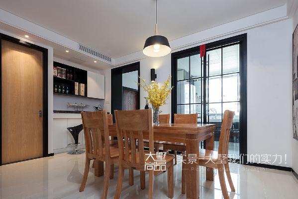 餐厅搭配了木色家具,配以黑白色,既时尚又温馨,充分利用玄关旁边的空间安置了嵌入式的吧台,给空间增添了几分小资情调。