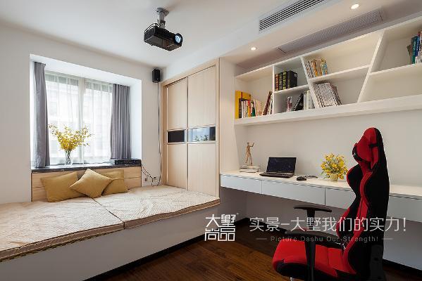 书房具备一房多用的功能,木色榻榻米,白色造型书柜,多功能放映机,轻松实现劳逸结合。