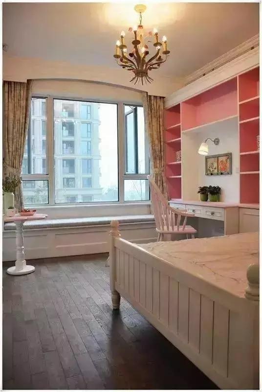 粉色的儿童房是小公举的天地,定制的书桌给孩子提供专属的学习空间,飘窗做  成卡座,孩子的同学来家里也有地方小聚。