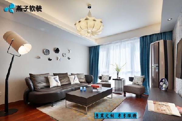 现代风格的家具表明了整个空间的基调,中式风格的挂盘组合使空间不至于太过呆板,添加了一丝俏皮的因素,偌大的蚕丝灯成为视觉中的一大亮点。